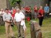 Enthüllung eines neuen Gedenksteins mit Bronzetafel im Langewieser Dorfgarten